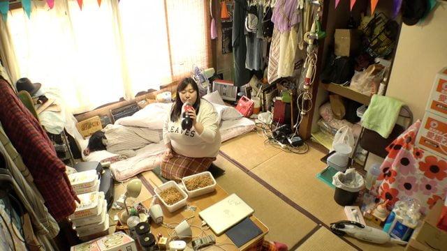 ベッドで女の子がカップラーメン食べてる画像
