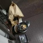 【悲報】ウーバーイーツ配達員(デリバリー配達員)、こぼしたスープを受け取り拒否されぶちギレw マンション共有部分に注文したものを投げ捨てる